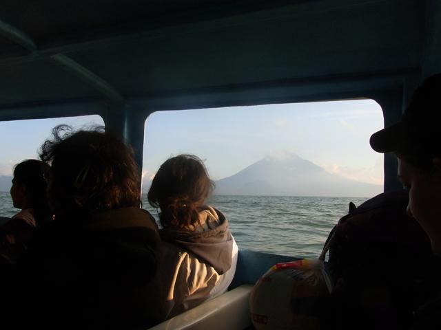 ボートから見えるアティトラン湖の景色