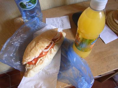グアテマラのサンドウィッチとジュース