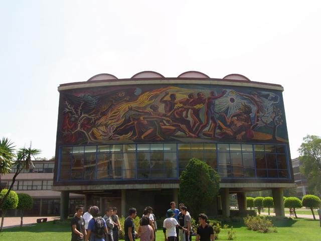 メキシコ国立自治大学の壁画と学生