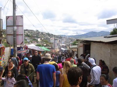 観光客が溢れかえるサンティアゴ・サカテペケス