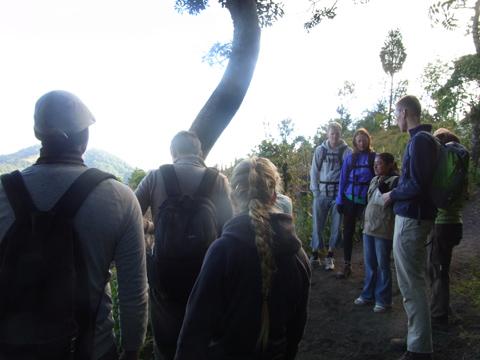 パカヤ火山ツアー、ガイドさんが説明してるところ