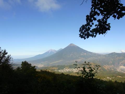 パカヤ火山から見えたアグア火山、フエゴ火山など