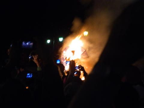 燃えてる悪魔の人形