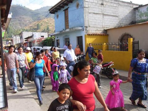 他の学校か幼稚園のパレード