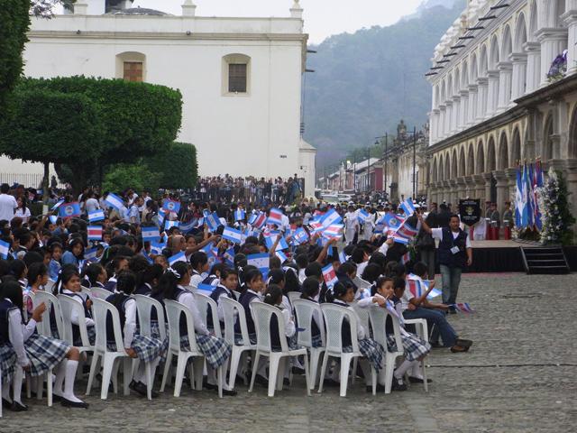 大統領を待ちわびる小学生たち