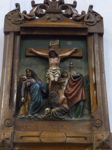 Duodécima Estación: Jesús muere en la cruz en medio de dos ladrones.