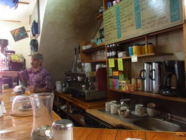 クロス・ローズ・カフェの店内