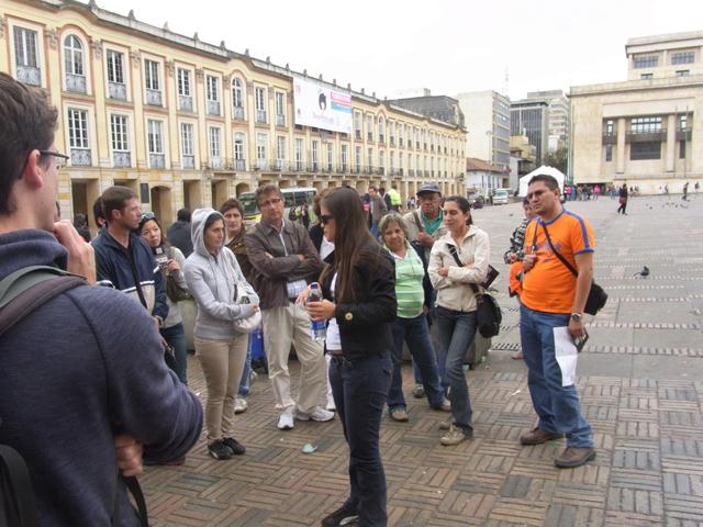 観光案内所ツアーのガイドと参加者