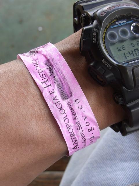 ピンクの腕輪
