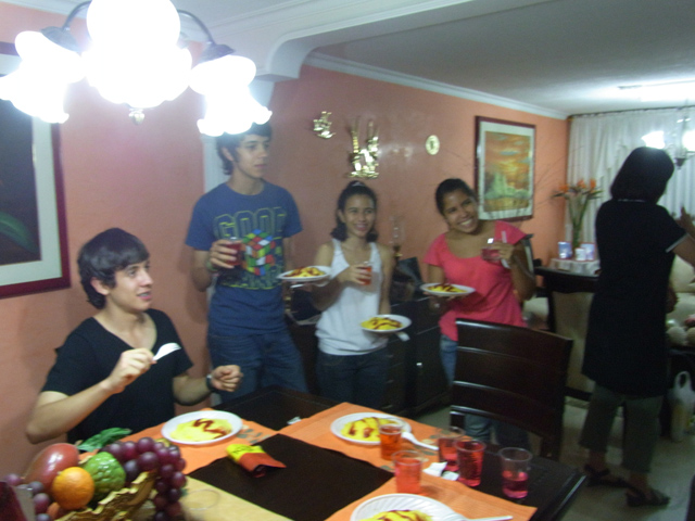 日本語を勉強しているコロンビアの少年たち