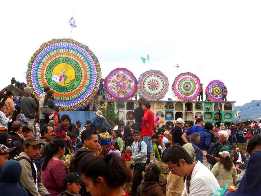 グアテマラの死者の日にあげる凧
