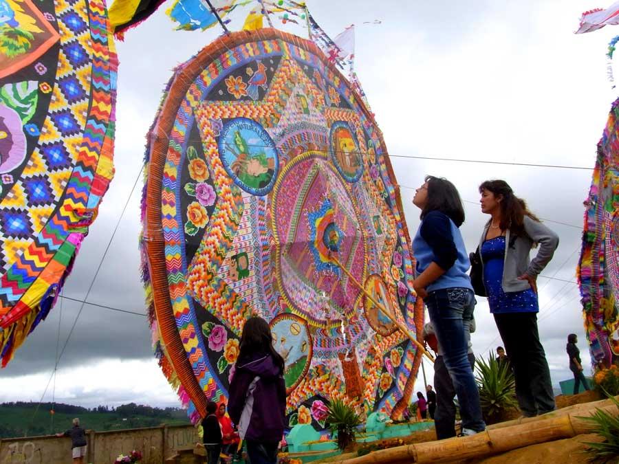 人よりも大きなグアテマラの死者の日にあげる凧
