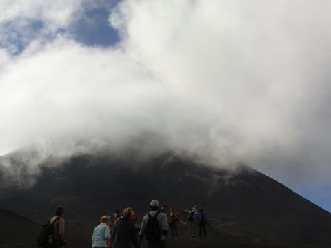 パカヤ火山の登山ツアーに参加の様子