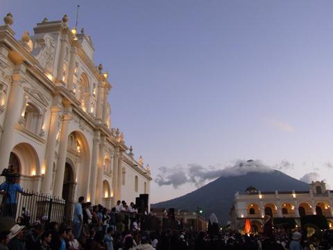 カテドラルとアグア火山とパラシオ