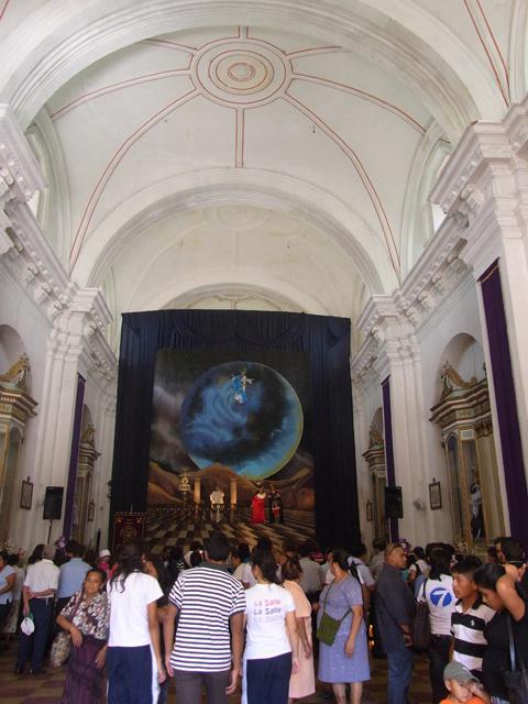 ホコテナンゴの教会を訪れる人たち