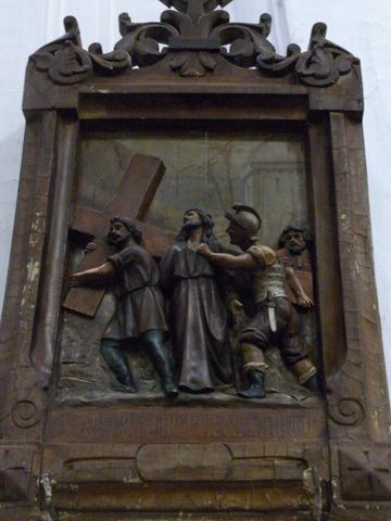 Quinta Estación: Jesús es ayudado por Simón el Cirineo a llevar la cruz.