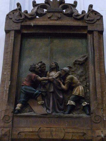 Décima Estación: Jesús es despojado de sus vestiduras.