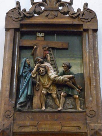 Decimotercera Estación: Jesús es bajado de la cruz y puesto en brazos de María, su madre.