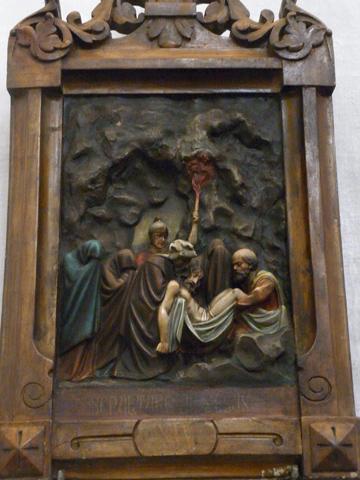 Decimocuarta Estación: Jesús es sepultado en el sepulcro.