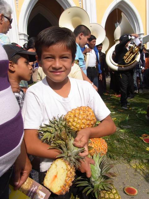 パイナップルを5こ獲って満足顔の子供