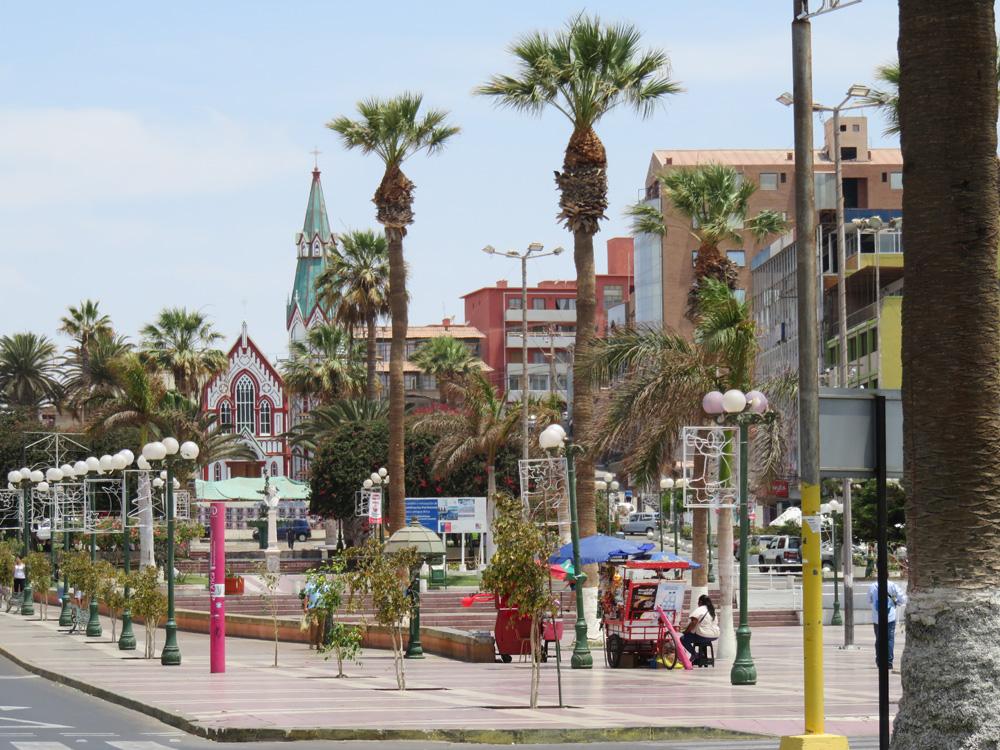 アリカの中心部にあるコロン広場とカテドラル