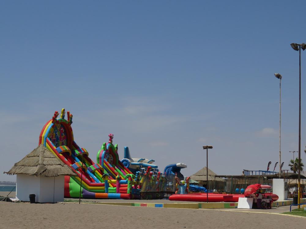 アリカのビーチには子供用の遊具がたくさんあった