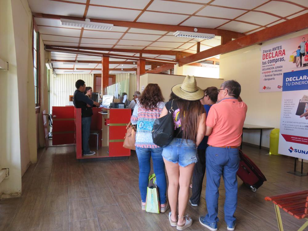 タクナ駅内でペルーの入国手続き