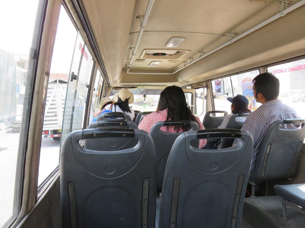 アレキパのバス(コンビ)の車内