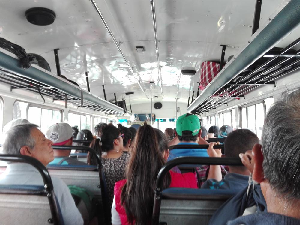 グアテマラのチキンバスの車内